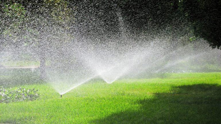 Jarné a letné zavlažovanie: Kto chce mať pekný trávnik, nech ho správne polieva!