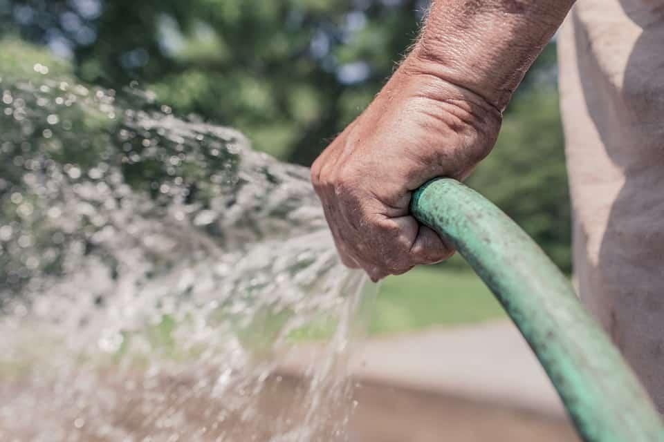 napúšťanie vody do záhradného jazierka