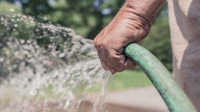 Ako efektívne zavlažovať trávnik?