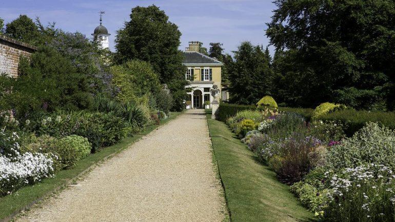 Bylinková záhrada a ruže: Ako to správne skombinovať?