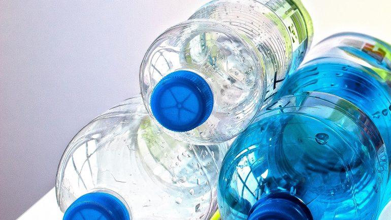Kŕmidlo pre vtáky z plastovej fľaše na vašu záhradu