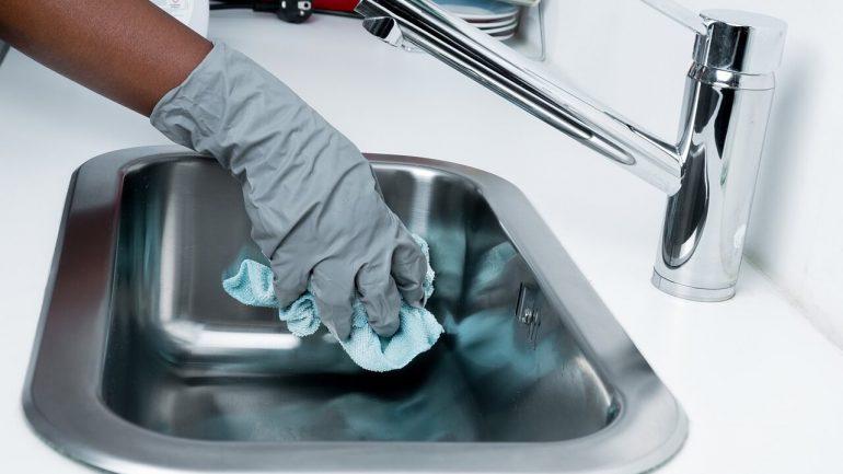 Ako vyčistiť odtok v kuchyni pomocou sódy? Tieto recepty zaručene fungujú