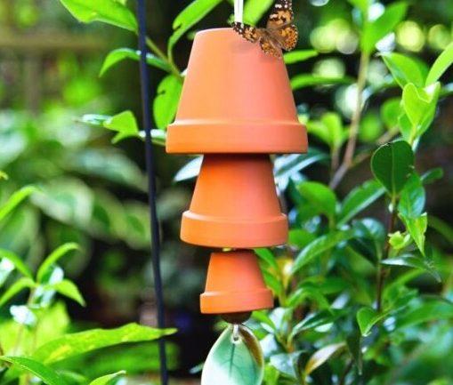Zvonkohra vyrobená z terakotových kvetináčov