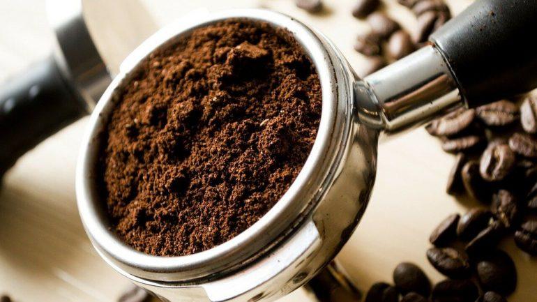 aká je pravda o použití mletej kávy vo vašej záhrade