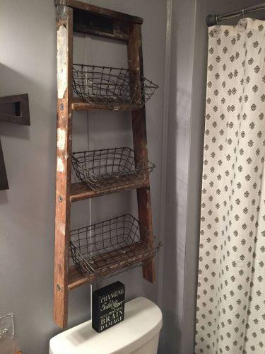 Police zo starého rebríka.