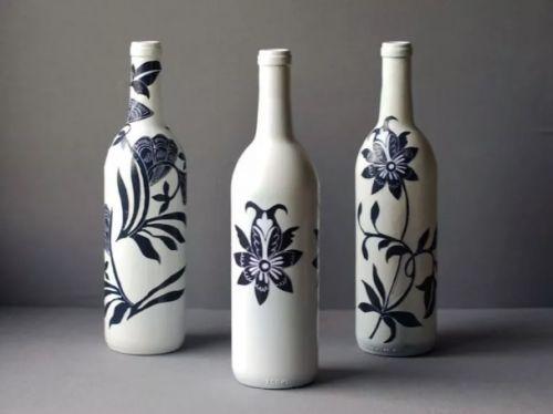 Vkusné vázy - fľaše natrite na bielo a nalepte vystrihnuté vzory z papiera. Prelakujte.