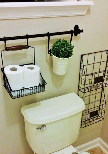 Takto skvelo sa dá využiť priestor okolo toalety.