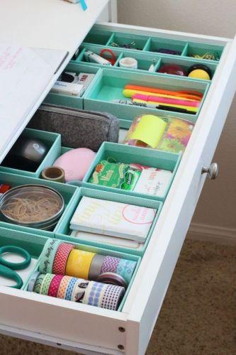 Organizovaný poriadok v stolíku pomocou krabičiek