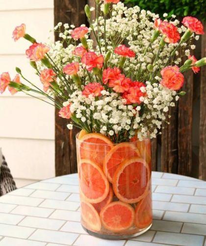 Do vázy pridajte grapefruit alebo iné citrusové ovocie.