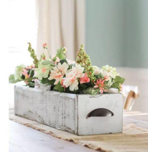 Kvety v drevenej zásuvke