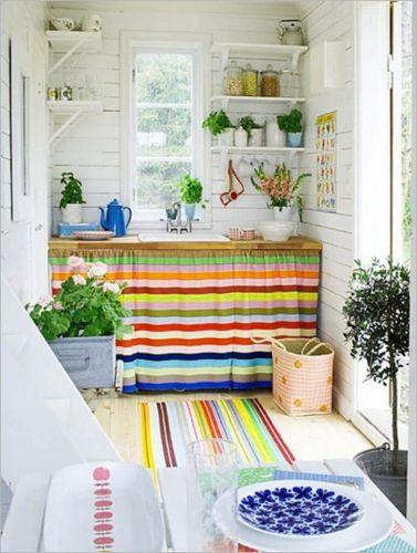 Farebný záves oživí vašu kuchyňu.