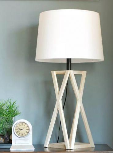 Lampa z jednoduchého dreveného stojana.