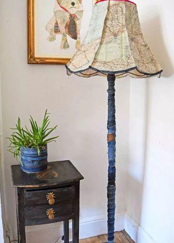 Na výrobu tejto lampy poslúžili staré džínsy a mapy.