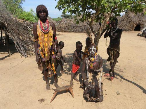 Etiópčania pri strome, zdroj: pixabay.com